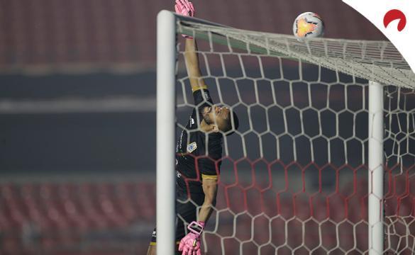 Raúl Fernández de Binacional despeja un balón. Conoce las cuotas de la Jornada 4 del Apertura 2021 de la Liga 1 de Perú.