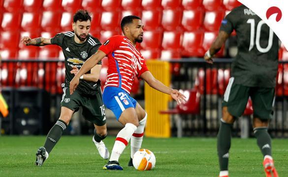 Bruno Fernandes pelea un balón a Yangel Herrera. Conoce las cuotas del Manchester United Vs Granada