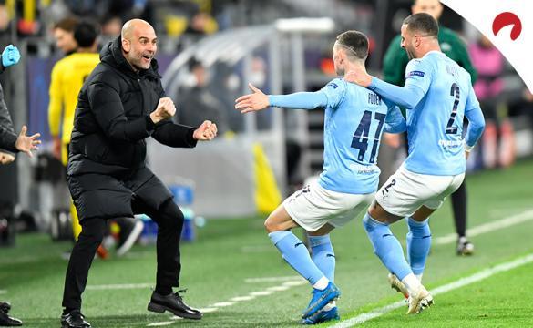 Phil Foden corre a celebrar un gol con Guardiola. Conoce las cuotas del Chelsea Vs Manchester City