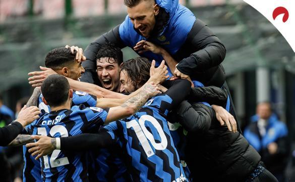 Los jugadores del Inter se abrazan para celebrar un gol. Conoce las cuotas del Napoli Vs Inter.