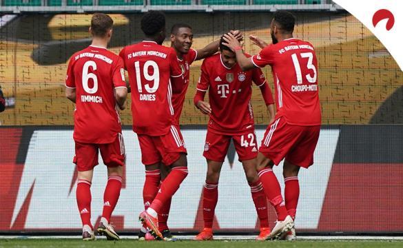 Jugadores del Bayern se felicitan tras un gol. Mira las cuotas del Bayern Múnich Vs Bayer Leverkusen