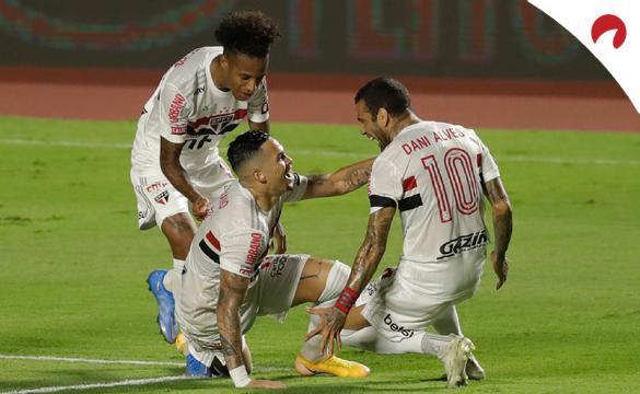 Jugadores de Sao Paulo en el suelo celebrando un gol. Mira las cuotas Sporting Cristal Vs Sao Paulo