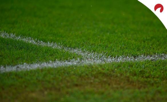 Línea lateral de un campo de fútbol. Conoce las cuotas del Club Atlas Vs Chivas Guadalajara.