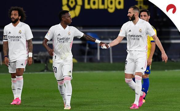 Karim Benzema da la mano a Vinicius para celebrar un gol. Conoce las cuotas del Real Madrid Vs Betis