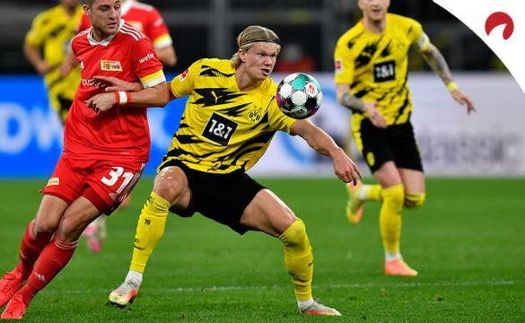 Erling Haaland recibe un balón ante un rival. Conoce las cuotas del Wolfsburgo Vs Borussia Dortmund.