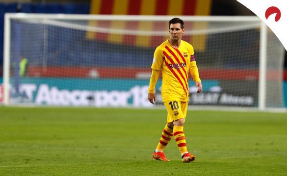 Lionel Messi caminando en un partido. Conoce las cuotas del Villarreal Vs Barcelona.
