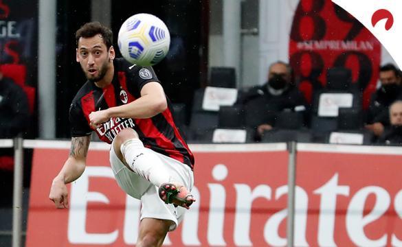 Hakan Calhanoglu efectúa un lanzamiento de falta. Conoce las cuotas del Lazio Vs Milan
