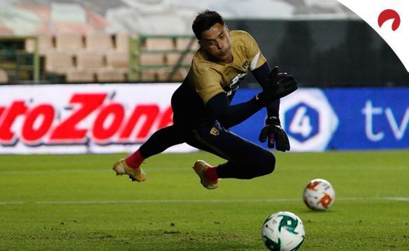Alfredo Talavera trata de detener un balón. Conoce las cuotas del Pumas UNAM Vs Club América