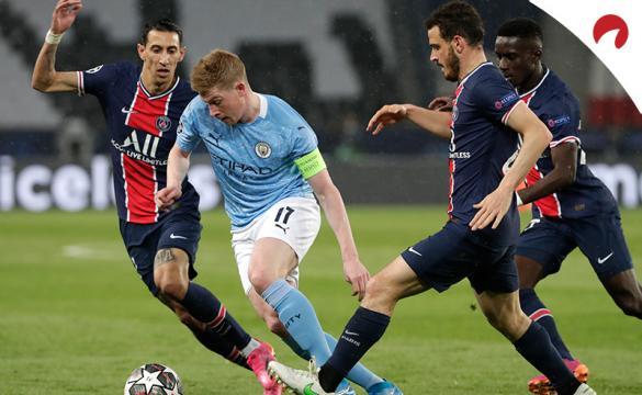 Kevin De Bruyne (centro) regatea a jugadores del PSG. Conoce las cuotas del Manchester City Vs PSG de Champions League.