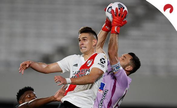 Santos Borré trata de rematar un balón ante Juniors. Cuotas y pronósticos para la Jornada 3 de la Copa Libertadores 2021
