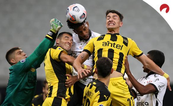 Jugadores de Peñarol tratan de despejar un balón. Cuotas y pronósticos para la Jornada 3 de la Copa Sudamericana 2021