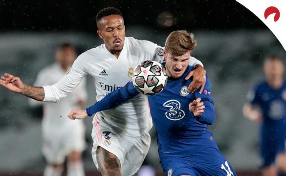 Militao (izquierda) y Timo Werner luchan por un balón. Conoce las cuotas del Chelsea Vs Real Madrid de la Champions League.