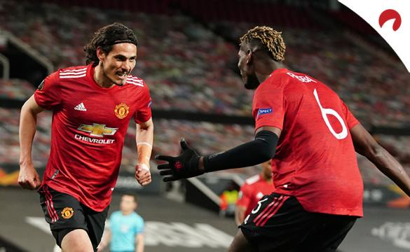 Cavani (izquierda) corre a abrazar a Pogba para celebrar un gol. Conoce los pronósticos del Roma Vs Manchester United.
