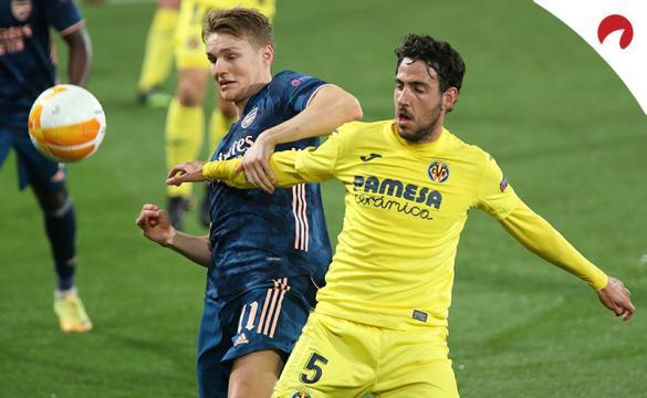 Ødegaard (izquierda) disputa un balón con Dani Parejo. Conoce las cuotas y los pronósticos del Arsenal Vs Villarreal.