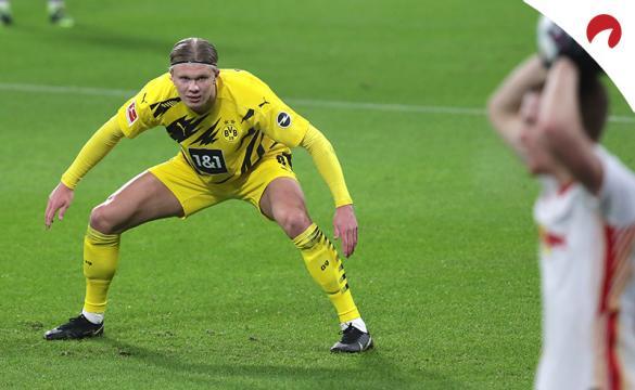 Erling Haaland presiona un saque de banda. Conoce los pronósticos del Borussia Dortmund Vs RB Leipzig de la Bundesliga.