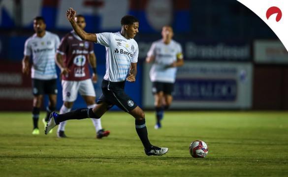 Jogador do Grêmio prestes a chutar a bola.