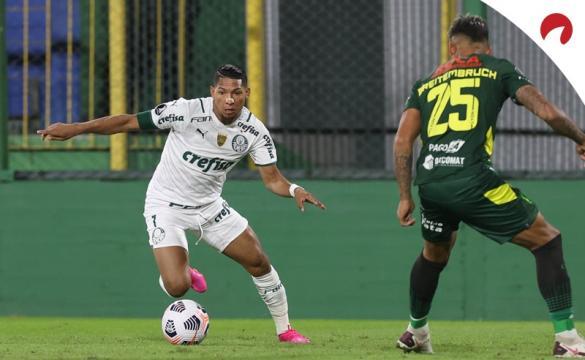 Jogador do Palmeiras dribla oponente.