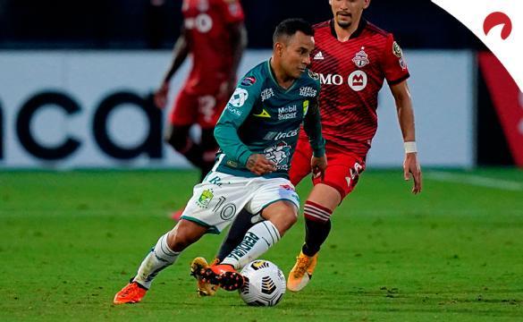 Luis Montes regatea a un jugador. Conoce los mejores pronósticos del Repechaje del Torneo Guard1anes 2021.