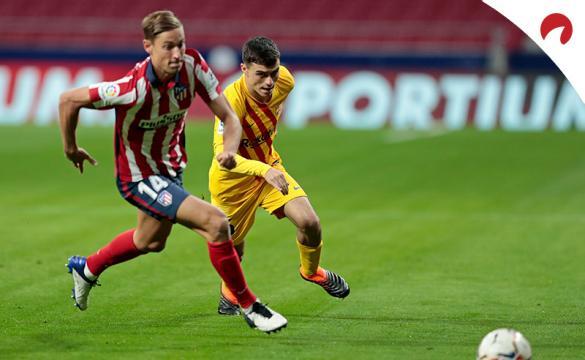 Llorente (izquierda) y Pedri pelean por un balón. Conoce los pronósticos del Barcelona Vs Atlético de Madrid.