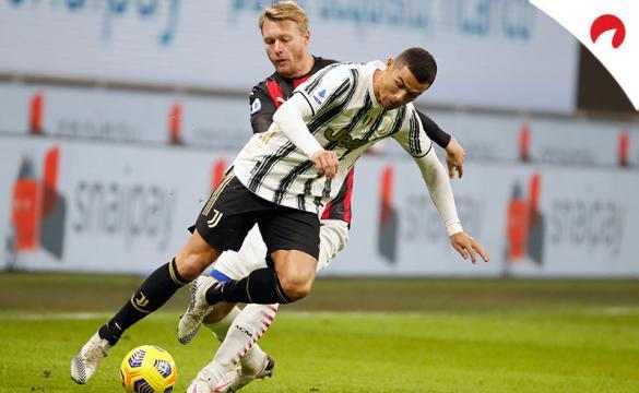 Cristiano trata de regatear a Kjaer (al fondo). Conoce los pronósticos del Juventus Vs Milan.