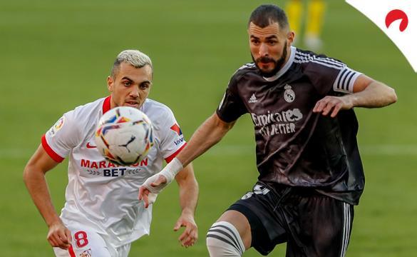 Joan Jordán (izquierda) y Benzema disputan un balón. Conoce los pronósticos del Real Madrid Vs Sevilla