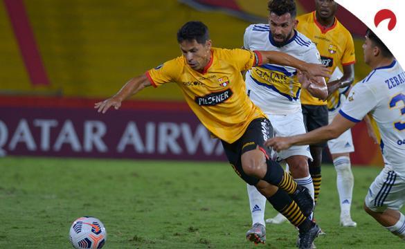 Matias Oyola regatea a jugadores de Boca Juniors. Cuotas y pronósticos para la Jornada 4 de la Copa Libertadores 2021
