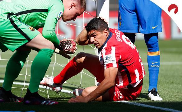 Luis Suárez se agarra la cabeza tras un choque. Conoce los pronósticos del Atlético de Madrid Vs Real Sociedad.