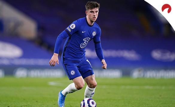 Mason Mount conduce un balón. Conoce las cuotas y pronósticos del Chelsea Vs Leicester City de la FA Cup.