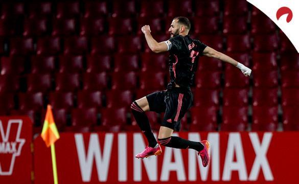 Karim Benzema celebra un gol saltando. Conoce las cuotas y pronósticos del Athletic Club Vs Real Madrid de LaLiga.
