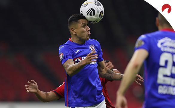 Julio Domínguez controla un balón con la cabeza. Encuentra los pronósticos para la vuelta de los Cuartos de Final del Guard1anes 2021.