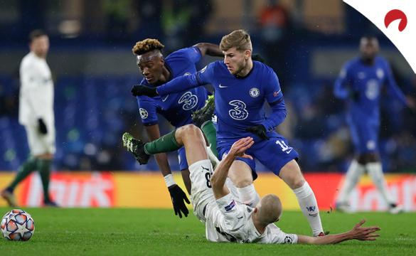 Timo Werner pelea un balón con un rival en el suelo. Conoce los pronósticos del Chelsea Vs Leicester City de la Premier League.