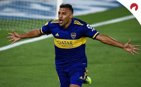 Jugador de Boca celebra un gol con los brazos abiertos. Cuotas y pronósticos para la Jornada 5 de la Copa Libertadores 2021