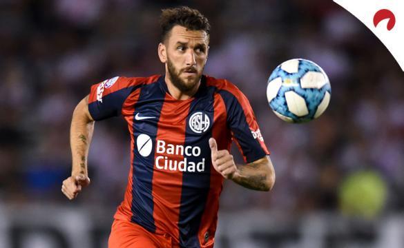 Jugador de San Lorenzo corre tras un balón. Cuotas y pronósticos para la Jornada 5 de la Copa Sudamericana 2021