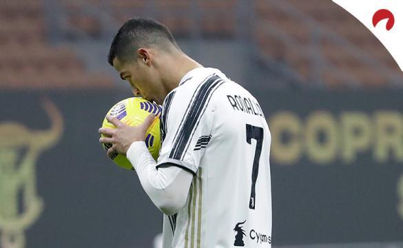 Cristiano Ronaldo besa un balón. Conoce las cuotas y los pronósticos del Atalanta Vs Juventus, partido de la Final de la Copa italia.