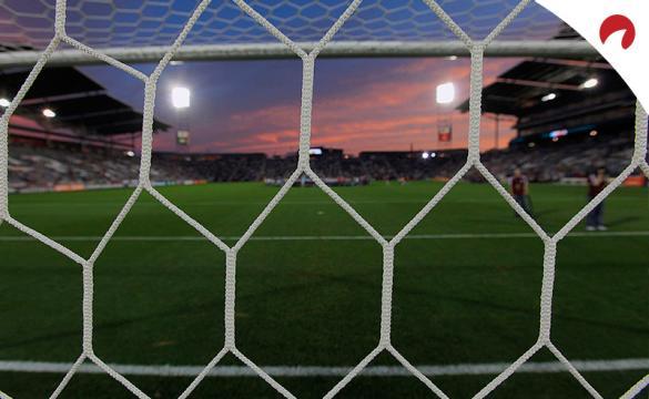 Vista de un campo de fútbol desde detrás de una portería. Conoce los pronósticos del Olimpia vs Internacional.