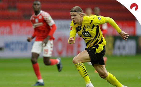 Erling Haaland corre a por el balón en un partido. Conoce los pronósticos del Borussia Dortmund Vs Bayer Leverkusen.