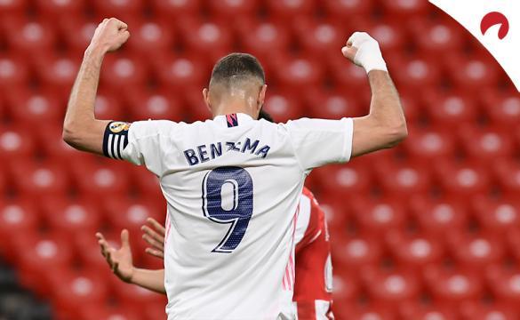 Benzema, de espaldas, alza los brazos para celebrar un gol. Conoce los pronósticos del Real Madrid Vs Villarreal.
