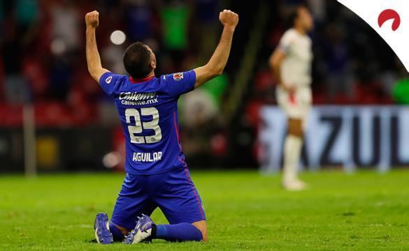 Pablo Aguilar de espaldas y arrodillado celebra un triunfo. Conoce los pronósticos del Santos Laguna vs Cruz Azul.
