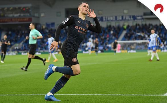 Phil Foden se lleva la mano a la oreja celebrando un gol. Conoce los pronósticos del Manchester City Vs Chelsea.