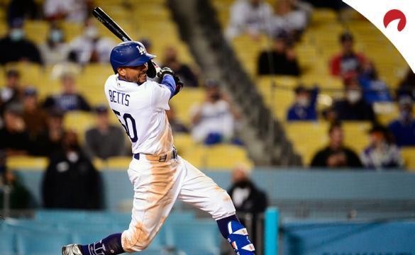 Mookie Betts batea para unos Dodgers que son los favoritos por las casas de apuestas para ganar la MLB 2021.