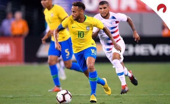 Neymar Jr. corre con un balón en un partido con Brasil. Conoce los pronósticos del Brasil Vs Ecuador.