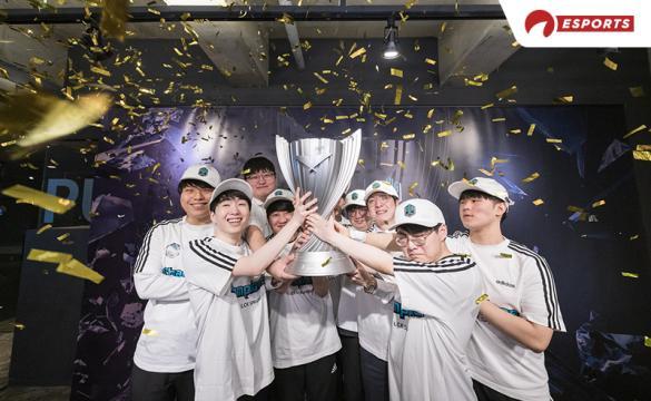 DWG Kia hoisting the LCK trophy
