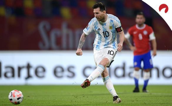 Messi realiza un pase en un partido de la Argentina. Conoce las cuotas y pronósticos del Colombia Vs Argentina.