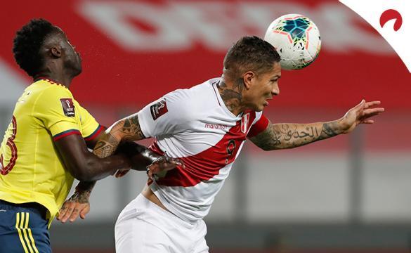 Paolo Guerrero remata un balón de cabeza con Perú. Conoce las cuotas y pronósticos del Ecuador Vs Perú.
