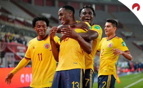 Duvan Zapata abraza por detrás a Yerry Mina para celebrar un gol. Conoce los pronósticos del Colombia vs Ecuador.