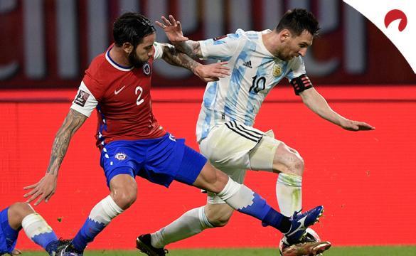 Lionel Messi, derecha, disputa un balón frente a Eugenio Mena. Conoce los pronósticos del Argentina vs Chile.