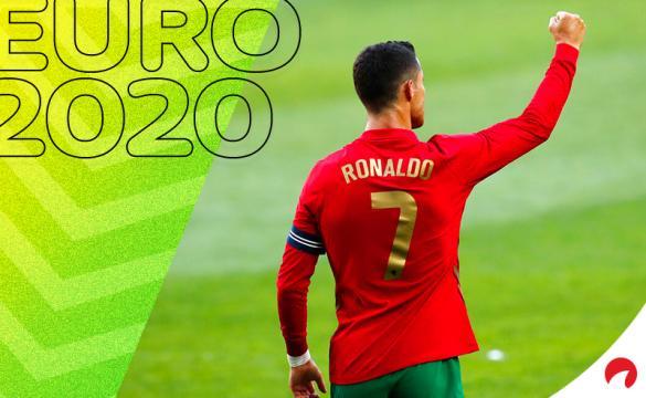 Cristiano Ronaldo levanta el puño en un partido de Portugal. Conoce los pronósticos del Hungría Vs Portugal.