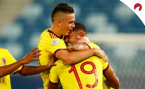 Edwin Cardona (derecha) se abraza con jugadores de Colombia. Conoce los pronósticos del Colombia vs Venezuela