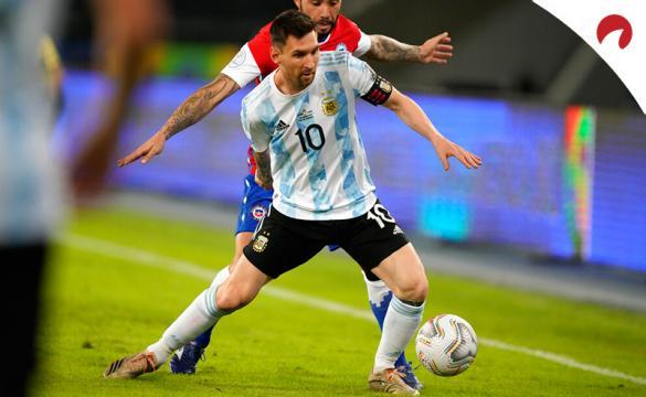 Messi trata de zafarse de un rival en un partido de Argentina. Conoce los pronósticos del Argentina vs Uruguay.