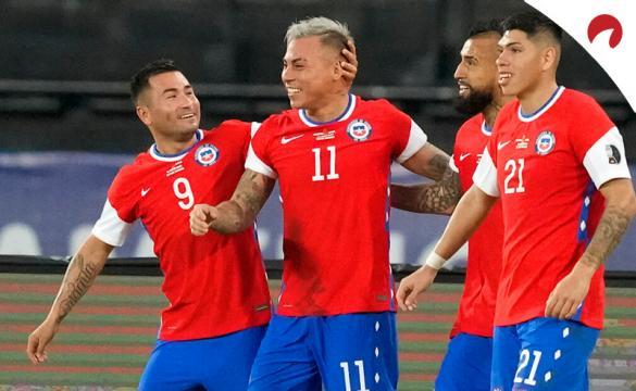 Eduardo Vargas celebra un gol con sus compañeros de Chile. Conoce los pronósticos del Chile vs Bolivia.